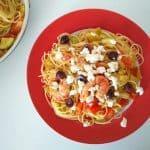Špageti s kozicami, zelenjavo in feta sirom
