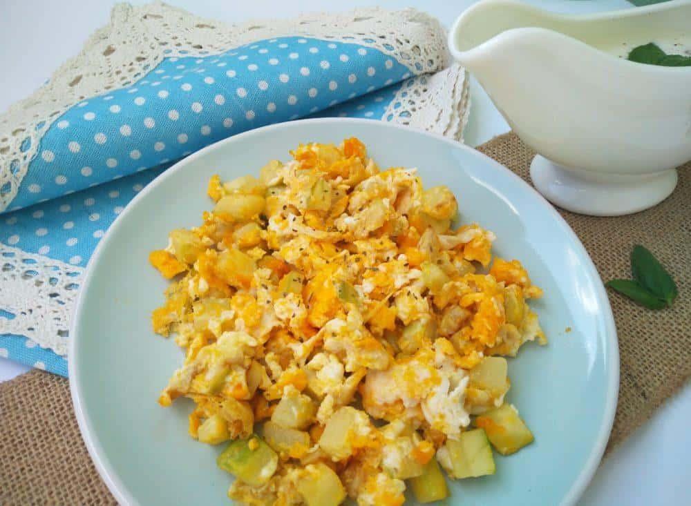 vmesana-jajca-z-buckami-in-jogurtovim-prelivom-3
