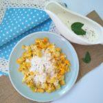 Umešana jajca z bučkami in jogurtovim prelivom