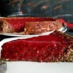 Čokoladno-skutina pita z malinovim prelivom