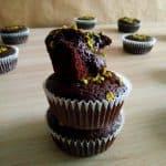 Temni browniji v mafinu s pistacijami