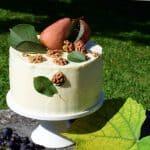 Orehova torta s skutino kremo in hruškami v rdečem vinu